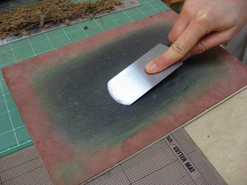 革砥で刃を整える