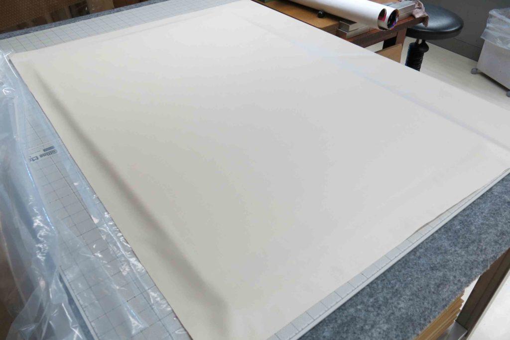 防水透湿性素材を吸取紙の上に置く
