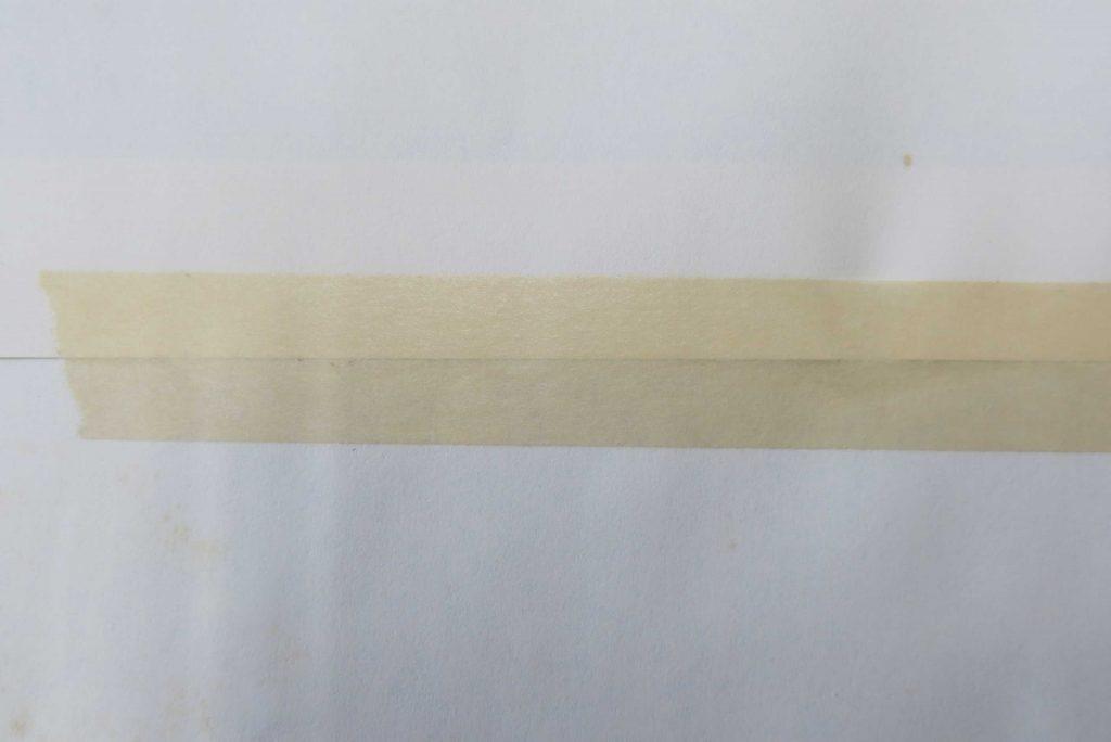 紙のつなぎ目に貼られたマスキングテープ